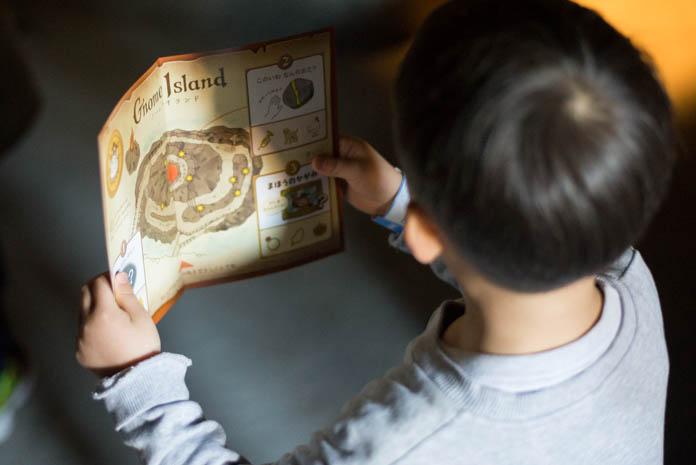 ひらかたパークのマジカルボルケーノでマップを見る子ども
