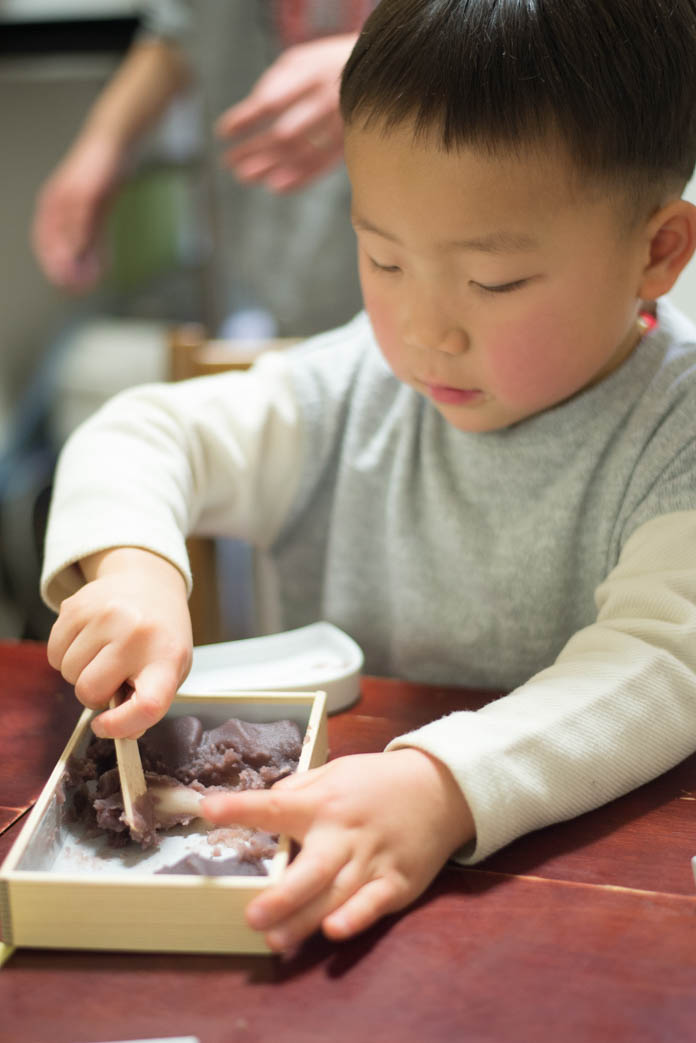 4歳の息子が赤福餅をうまくすくえないところ