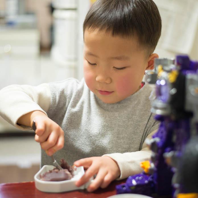 赤福餅を食べようとする男の子