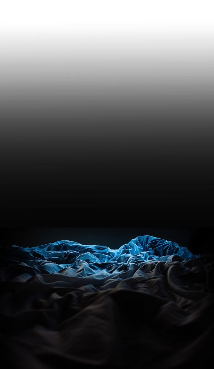 暗闇のなかのベッド