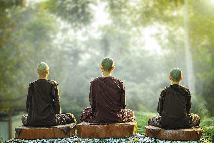 瞑想中の男性