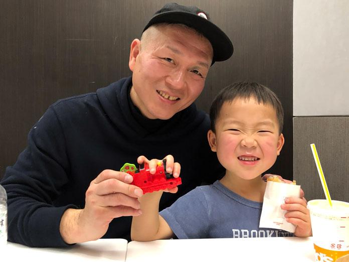 パーカーを着ているパパと、ティーシャツの息子