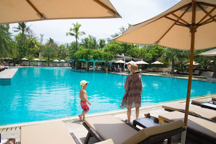パドマ リゾート レギャン (Padma Resort Legian) メインスイミングプール沿いを歩く母子