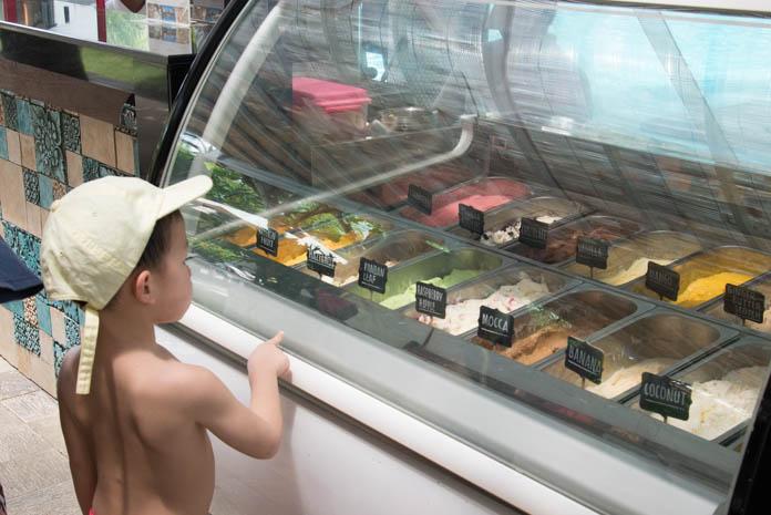 パドマ リゾート レギャン (Padma Resort Legian) メインスイミングプールでジェラートを選ぶ子ども