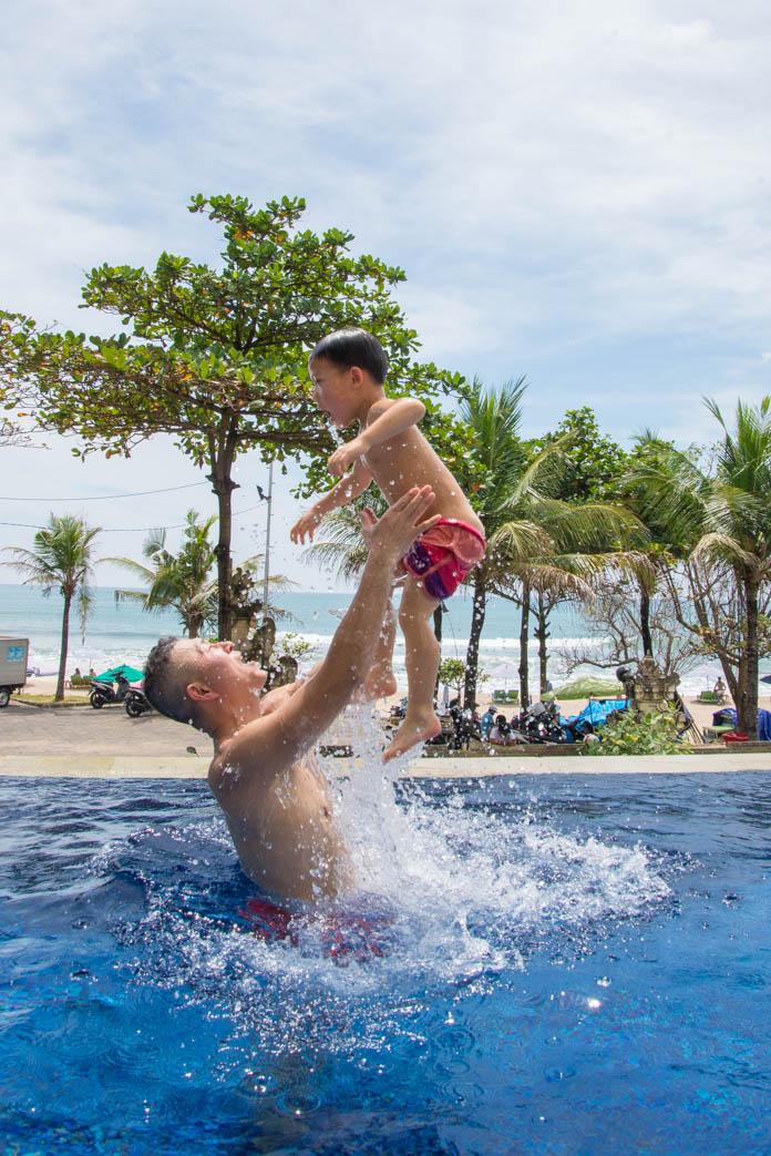 パドマ リゾート レギャン (Padma Resort Legian) ガーデンクラブラウンジのプールで遊ぶ親子