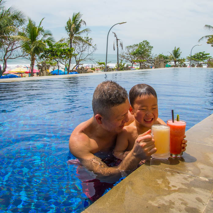 パドマ リゾート レギャン (Padma Resort Legian) ガーデンクラブラウンジのプールで親子で乾杯