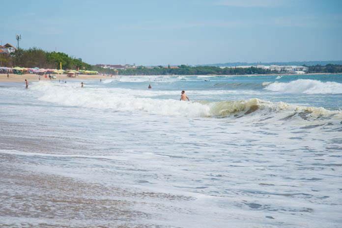 パドマ リゾート レギャン (Padma Resort Legian) 前のビーチ 波とサーファー