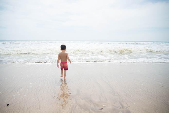 波打ち際に近く男の子