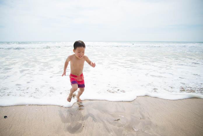 波打ちで波に驚く男の子
