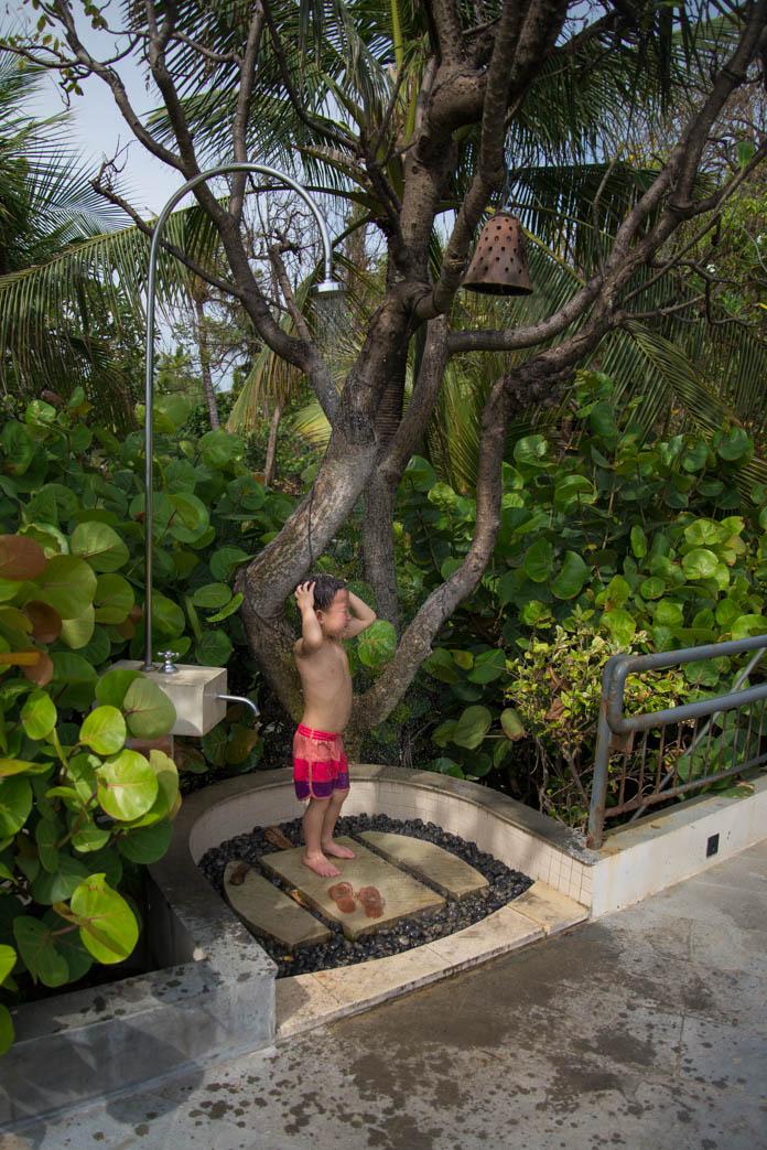 パドマ リゾート レギャン (Padma Resort Legian) でシャワーを浴びる男の子