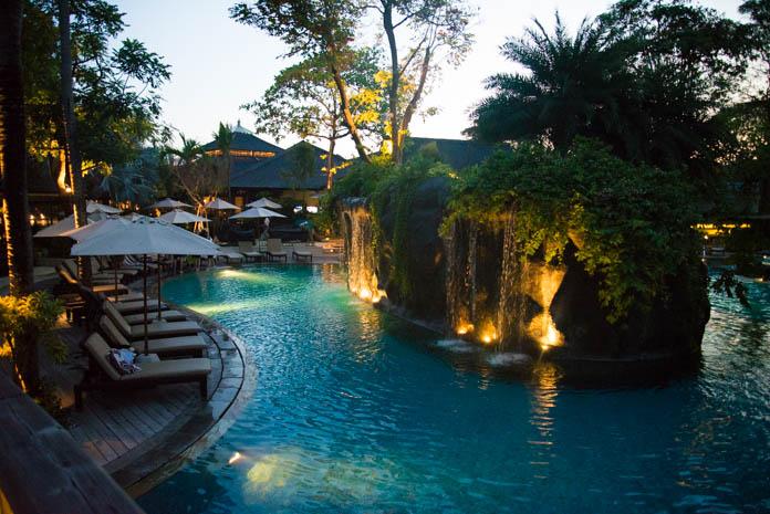 パドマ リゾート レギャン (Padma Resort Legian) ラグーンプール 夜の外観