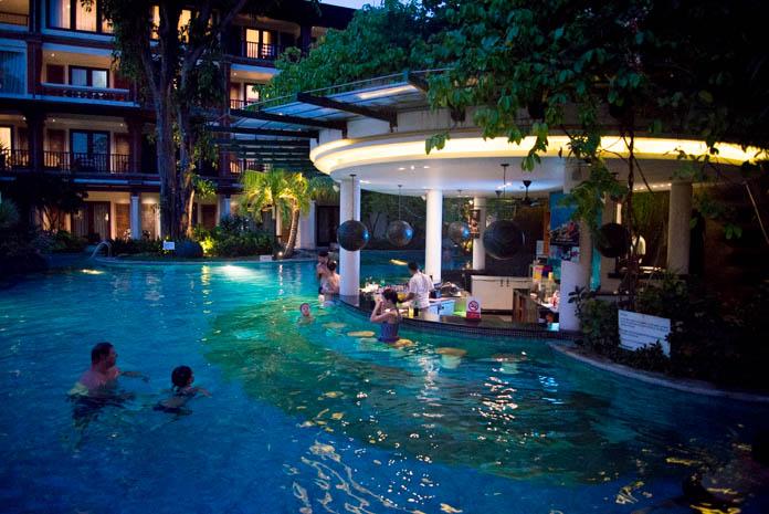 パドマ リゾート レギャン (Padma Resort Legian) ラグーンプール 夜のレストランバー