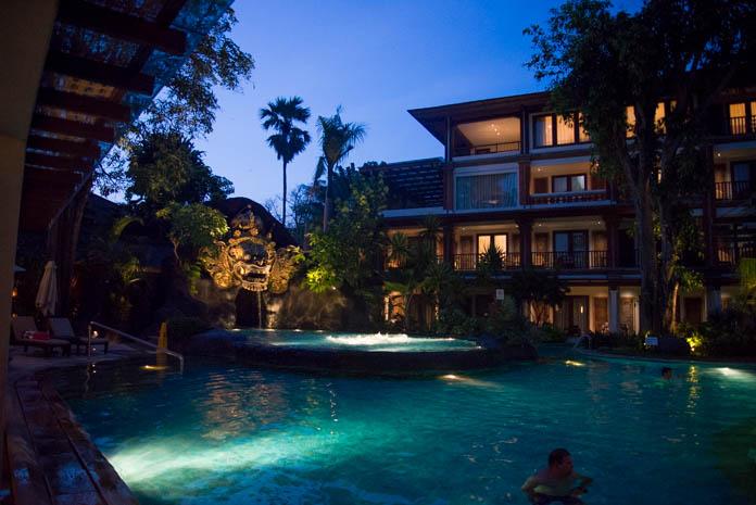 パドマ リゾート レギャン (Padma Resort Legian) ラグーンプール 夜の雰囲気