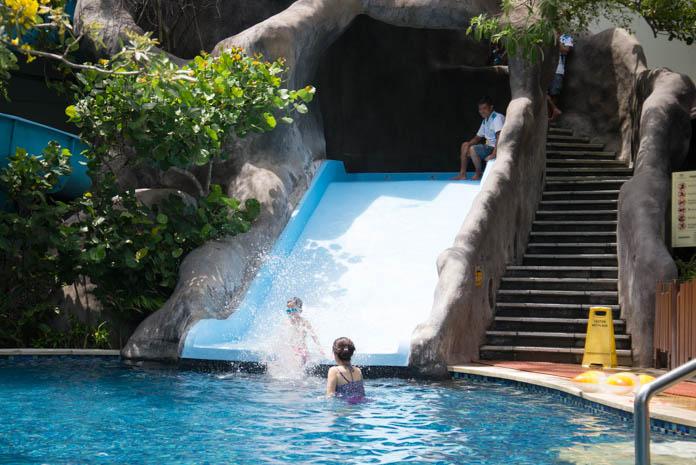 パドマ リゾート レギャン (Padma Resort Legian) ファミリープール のすべり台を滑る子ども