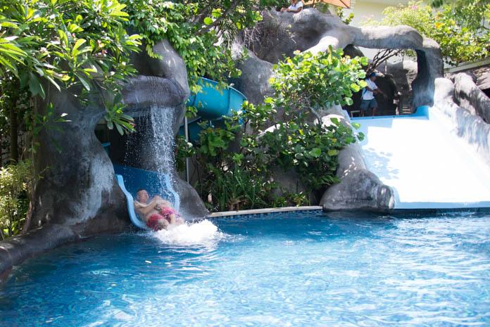 パドマ リゾート レギャン (Padma Resort Legian) ファミリープール の長いすべり台を滑るパパと息子