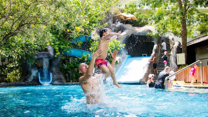 パドマ リゾート レギャン (Padma Resort Legian) ファミリープール で遊ぶ親子