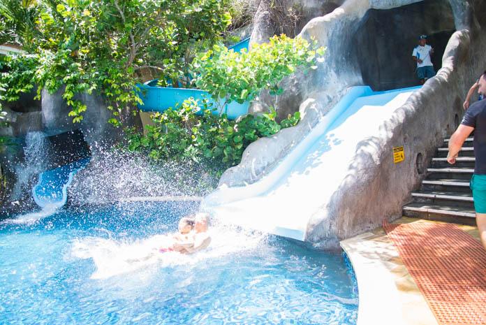 パドマ リゾート レギャン (Padma Resort Legian) ファミリープール を親子ですべり台を勢いよく滑る