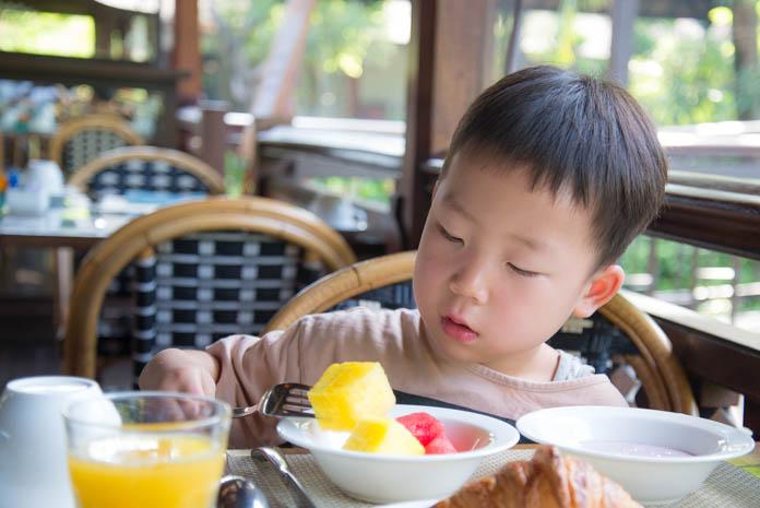 食事を食べる男の子