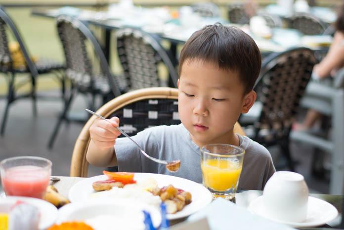 Padma Resort Legian(パドマ リゾート レギャン)で朝食を食べる男の子