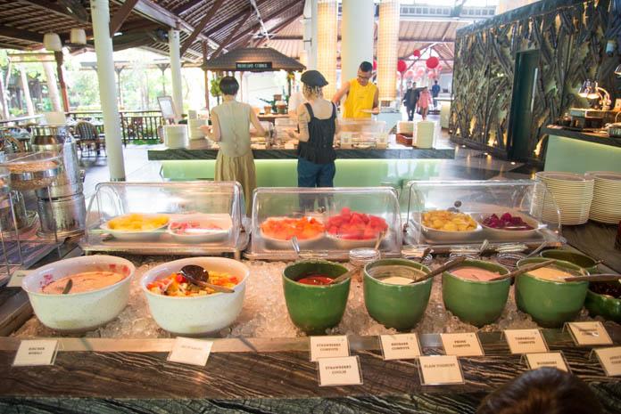 Padma Resort Legian(パドマ リゾート レギャン)の朝食バイキング、ヨーグルトやフルーツ