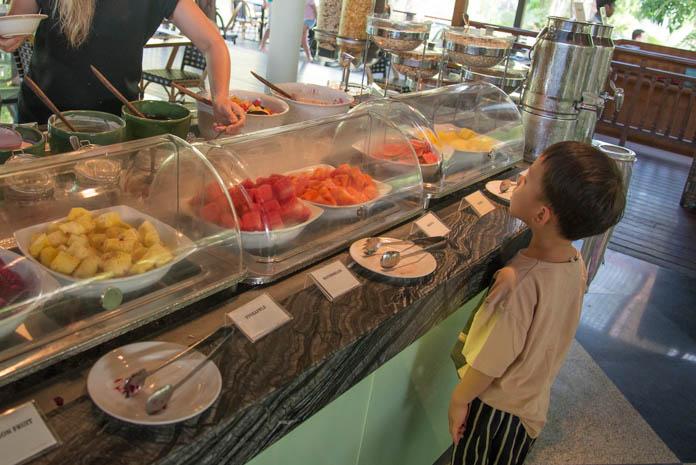 Padma Resort Legian(パドマ リゾート レギャン)の朝食バイキングでフルーツを見る子ども