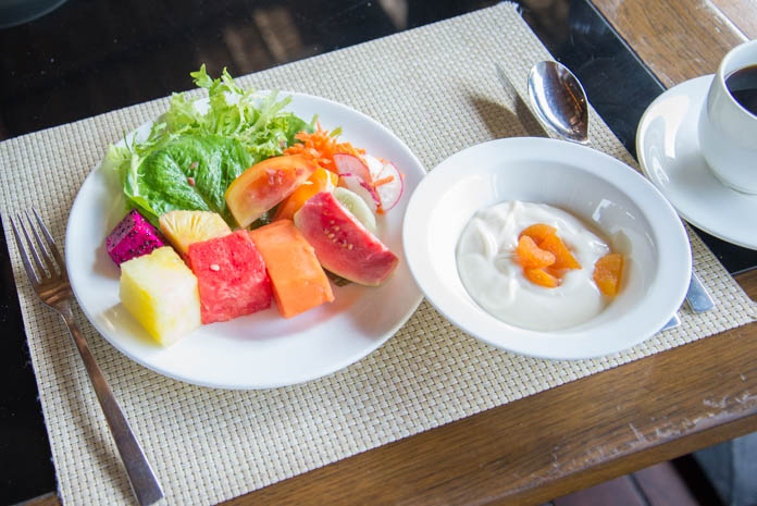 Padma Resort Legian(パドマ リゾート レギャン)の朝食バイキングで野菜とフルーツの盛り合わせとヨーグルト