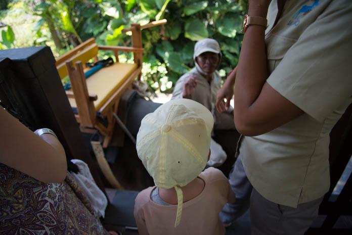 Bali Zoo(バリ動物園)象に乗り込む子ども