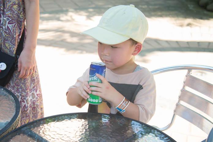 Bali Zoo(バリ動物園)スプライトを飲む男の子