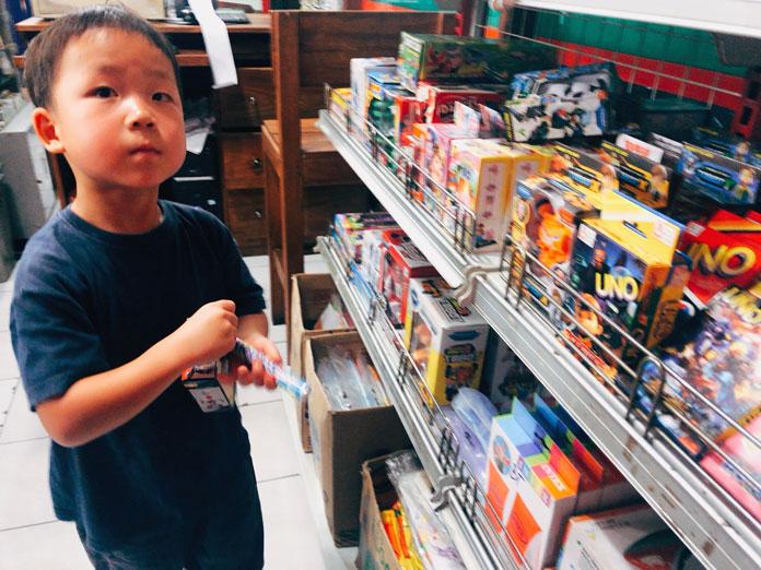 バリのコンビニで買い物中の子ども