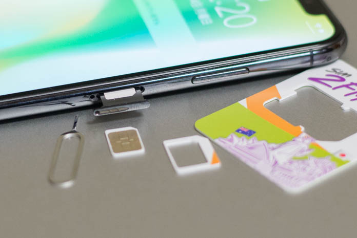SIM2FlyをiPhoneに挿入するところ