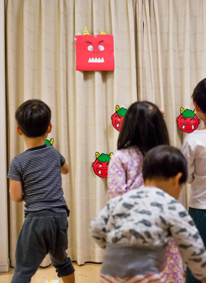 カーテンに鬼のお面を貼り付けて、子ども達がそれに向かって豆まき