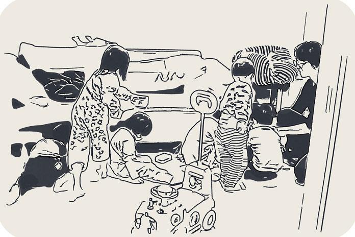 子ども達が床に落ちた豆を拾っている