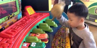 ワニワニパニック2をプレイしている4歳の男の子