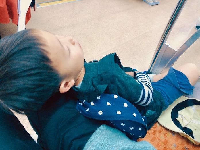 電車のなかで眠る子ども
