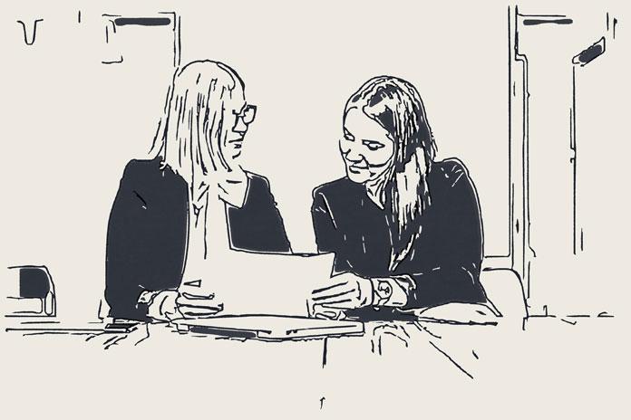 2人の女性編集者から取材を受けているところ