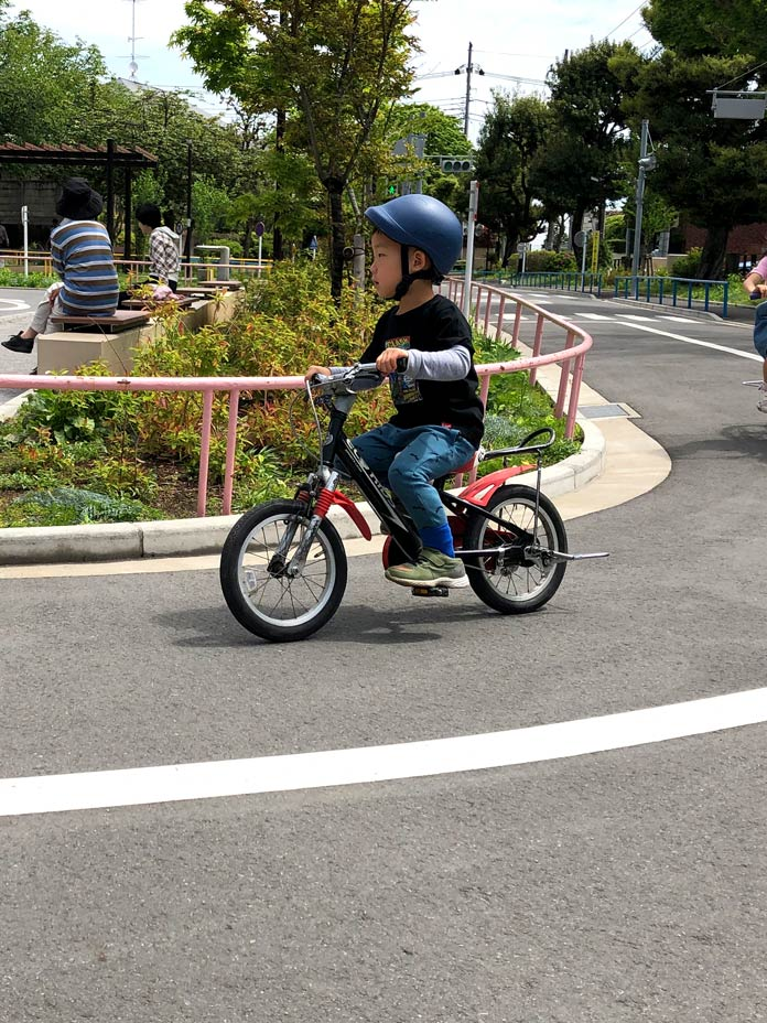 自転車に乗る(衾町公園)