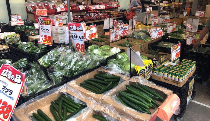 オオゼキ祐天寺店 お店の前に並ぶ野菜
