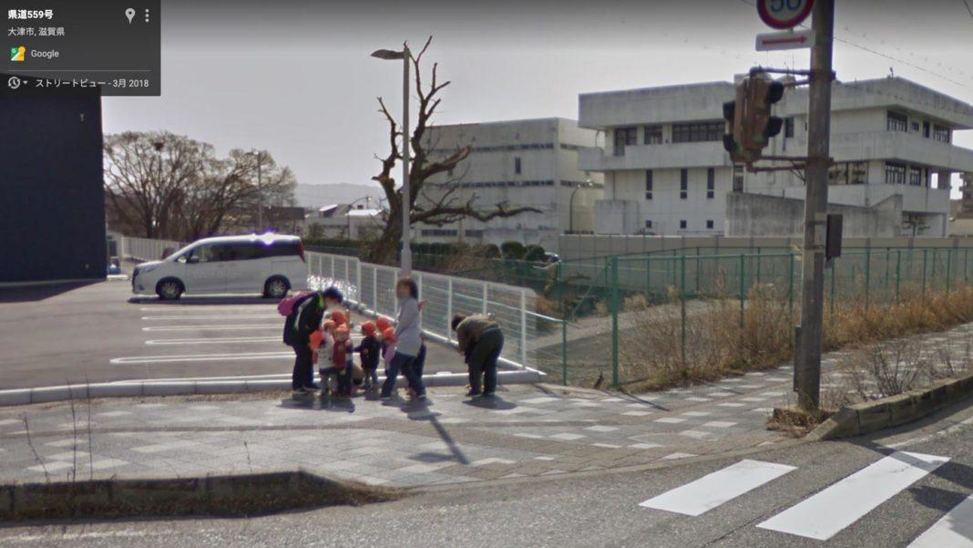 交差点で車道から離れて信号待ちをする保育園児達