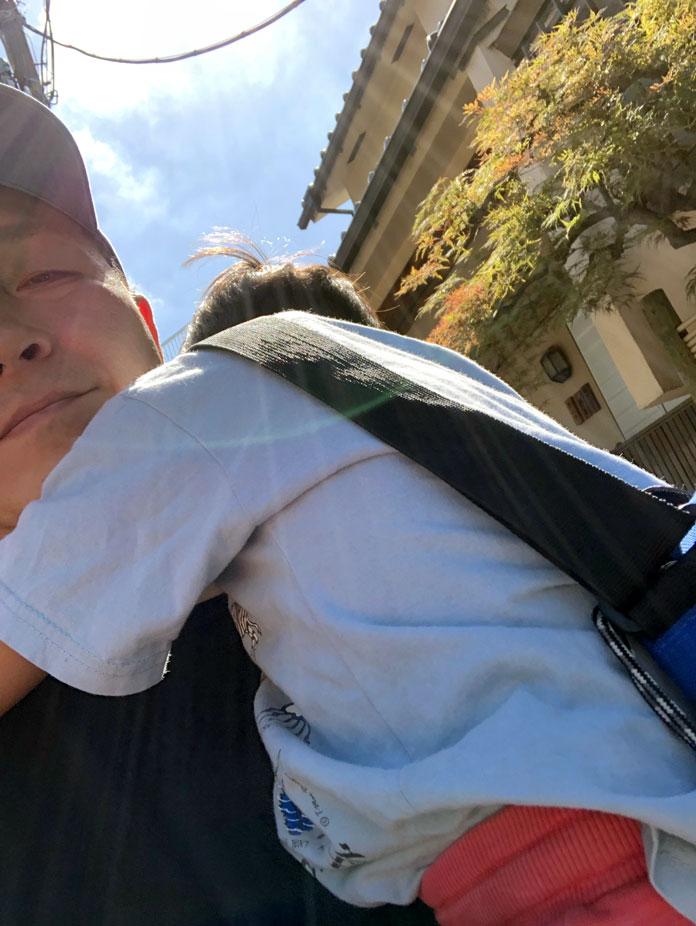 パパに抱っこされ、肩に顔を埋める5歳の息子