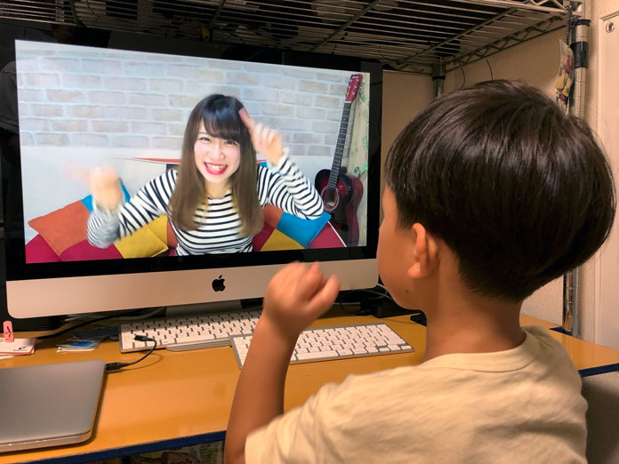 iMacでYouTubeを見ている5歳の息子