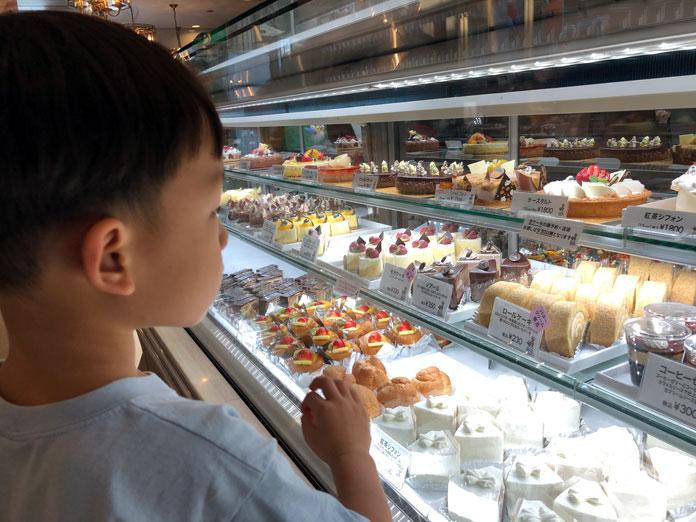ショーケースを眺めてケーキを選び息子