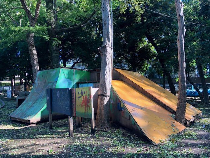 世田谷公園プレーパークのすべり台