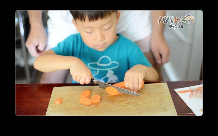 にんじんを包丁で切る5歳児