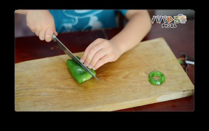 ピーマンを包丁で切る5歳児