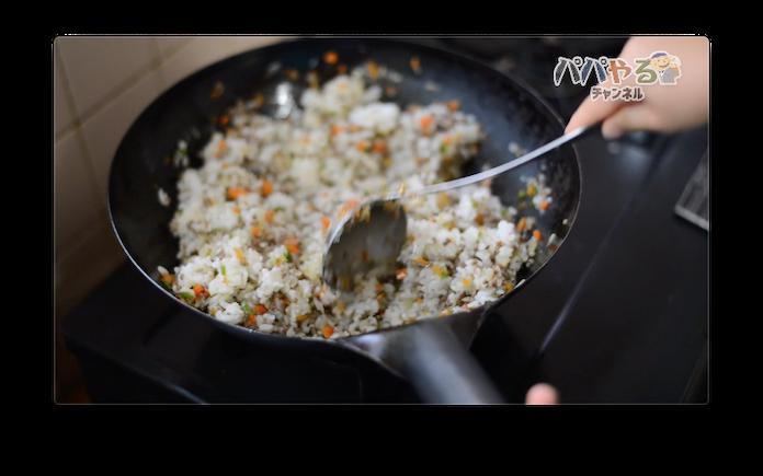 中華鍋でごはんを炒める