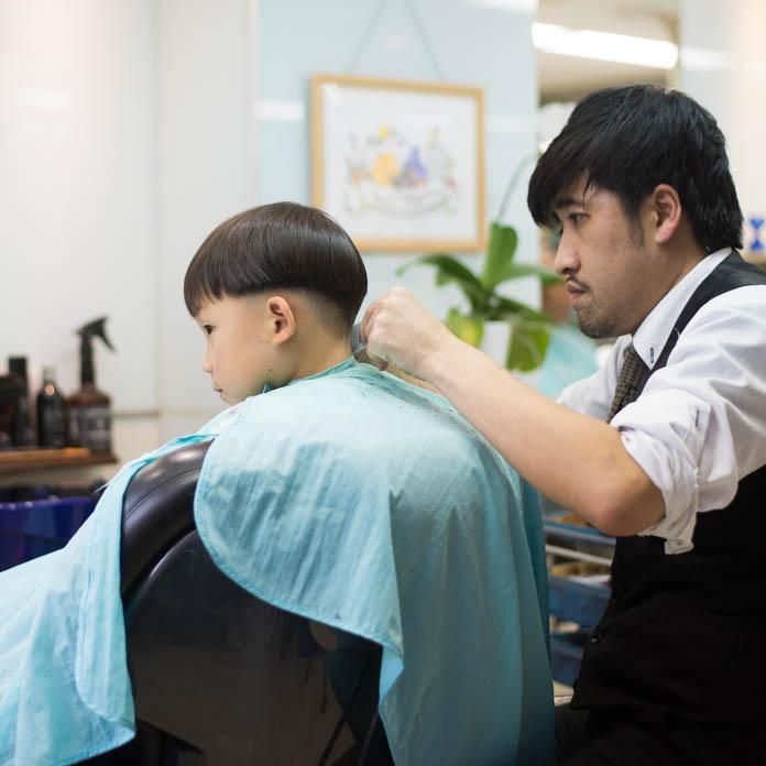 散髪をしてもらっている5歳の息子