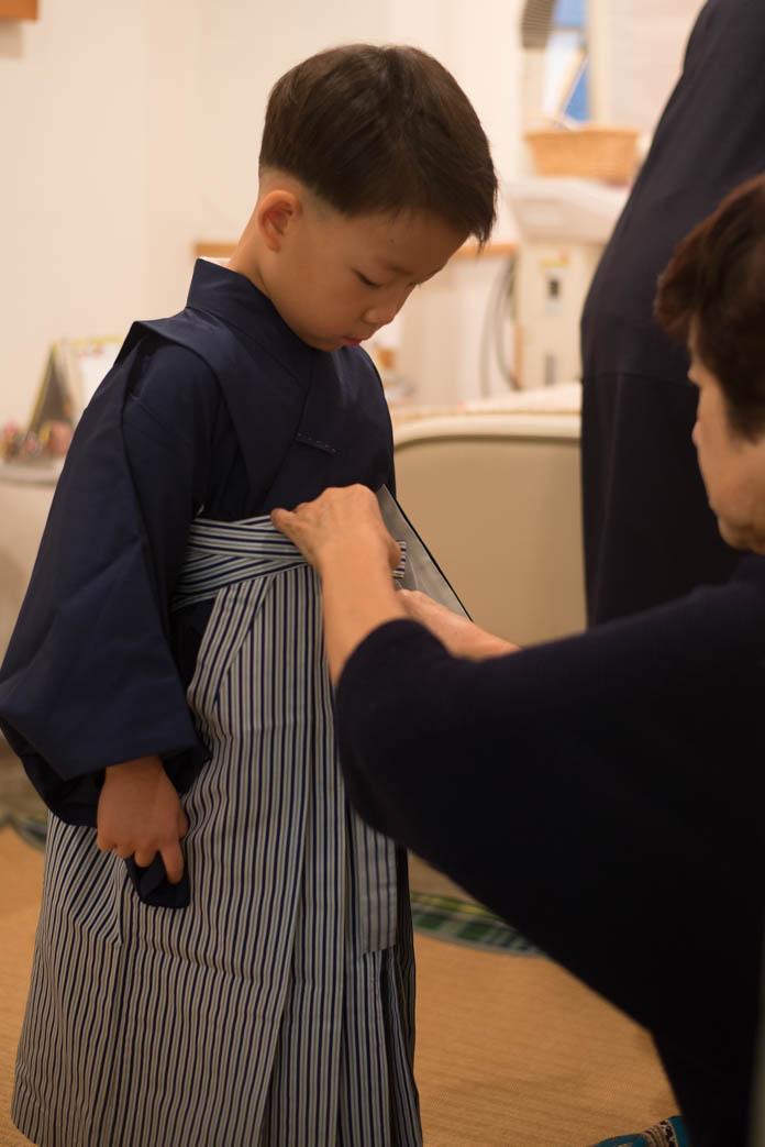 5歳の息子に羽織袴の着付け