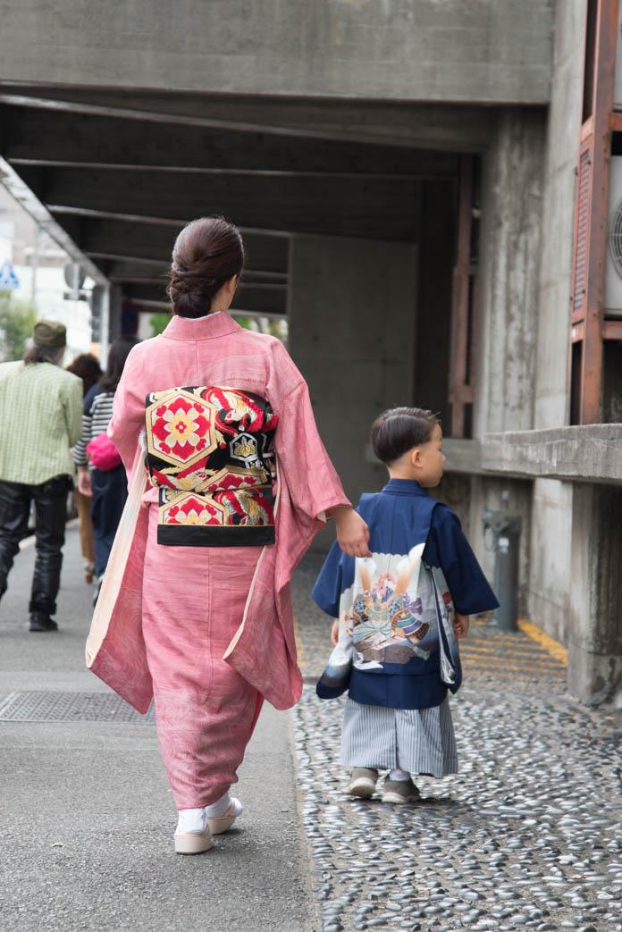着物の母と、羽織袴の息子