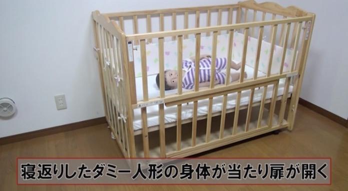 ベビーベッドに寝ている赤ちゃんが寝返り