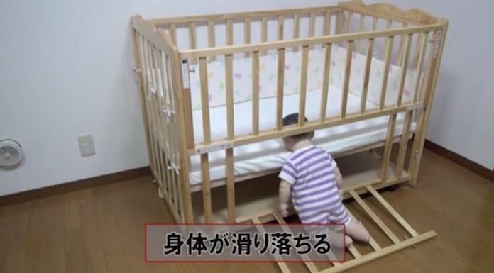 ベビーベッドに寝ている赤ちゃんが隙間から落ちて首が挟まる